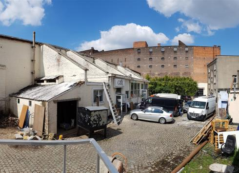 The courtyard of 13-15 Rue de Manchester, with the large industrial hall on the left. © sau-msi.brussels (PSa)
