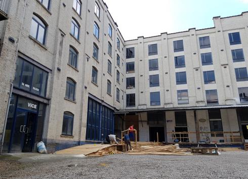 The building at the back of the courtyard at 17 Rue de Manchester, undergoing temporary conversion for the Kunstenfestivaldesarts 2019. © sau-msi.brussels (PSa)