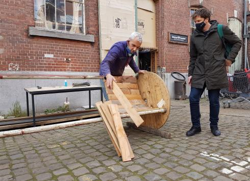 The TomorrowNowMovement team builds benches from reclaimed materials. © sau-msi.brussels (P.Sa.)