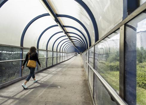 The Beekkant footbridge overlooking the Gare de l'Ouest brownfield site. © SAU-MSI/Reporters
