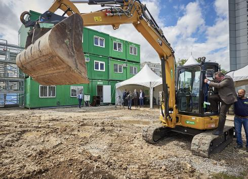 The Minister-President of the Brussels-Capital Region, Rudi Vervoort, used a digger to officially launch construction work on the site of the Frame media centre, © sau-msi.brussels (Reporters)