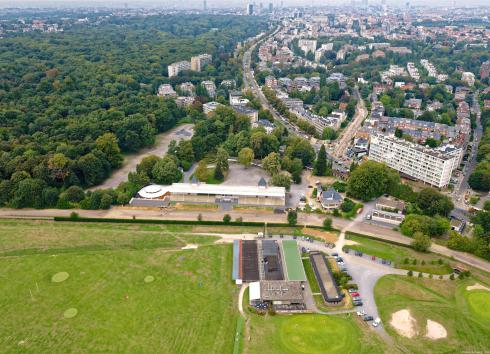 Aerial view of the Uccle-Boitsfort Hippodrome with the Sonian Forest and the city in the background.© sau-msi.brussels (Simon Schmitt - www.globalview.be)